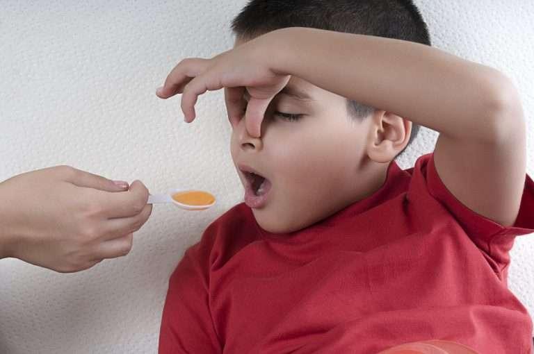 Barn får hostmedicin