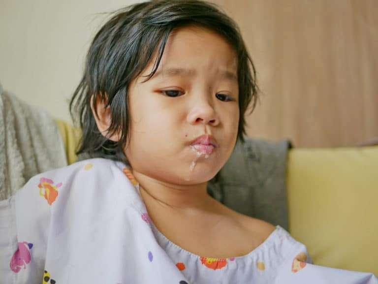 Barn som håller på att kräkas