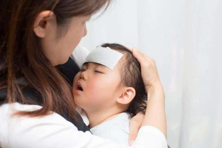 Barn med hög feber i mammas famn