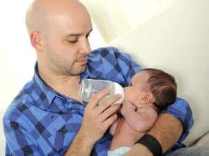 Flaskmatning med ersättning till nyfödd bebis – hur mycket och hur ofta?