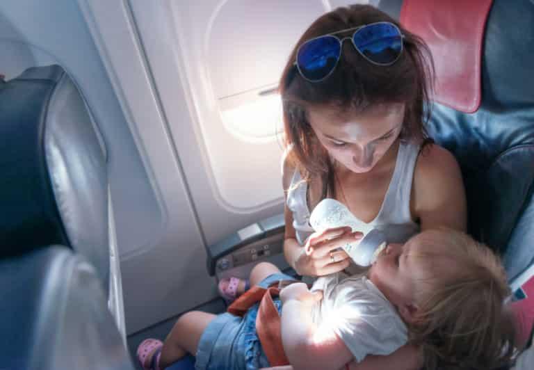 Resa utomlands med spädbarn – råd om flyg och vaccin